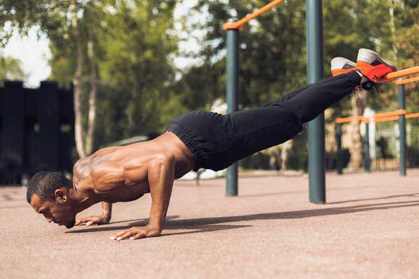 schouders trainen zonder gewichten