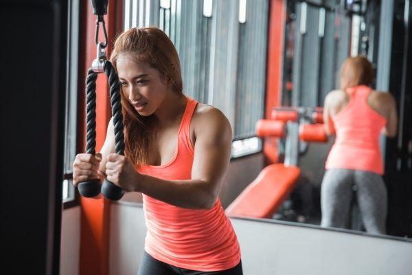 armen trainen vrouwen sportschool